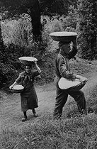Breadmaking. Bread carried in baskets. Corrèze (France), 1966. Photograph by Jean Marquis (1926-2019). © Jean Marquis / Roger-Viollet