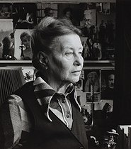 Simone de Beauvoir (1908-1986), French woman of letters, in her apartment. Paris, 1977. Photograph by Janine Niepce (1921-2007). © Janine Niepce / Roger-Viollet