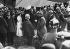 Le comte Ferdinand von Zeppelin (1838-1917), militaire et ingénieur allemand, constructeur de dirigeables, discutant avec l'empereur Guillaume II d'Allemagne après l'atterrissage du dirigeable Zeppelin LZ 3. Berlin (Allemagne), 29 août 1909. © Haeckel Collection / Ullstein Bild / Roger-Viollet