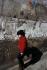 Enfant jouant à Belleville. Paris (XXème arr.), avril 1970. Photographie de Léon Claude Vénézia. (1941-2013). © Léon Claude Vénézia/Roger-Viollet