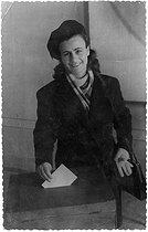 World War II. Mélinée Manouchian (1913-1989), Armenian resistance fighter who became French at the time of the Liberation, putting a ballot paper in a box. © Archives Manouchian / Roger-Viollet