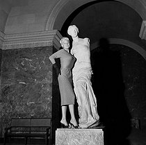 Jayne Mansfield (1933-1967), American actress, at the Louvre museum. Paris, in 1957. © Bernard Lipnitzki/Roger-Viollet