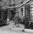 Guerre 1939-1945. Paris sans essence. Une élégante va en visite. Paris, juillet 1941. Photographie d'André Zucca (1897-1973). Bibliothèque historique de la Ville de Paris. Bibliothèque historique de la Ville de Paris. © André Zucca / BHVP / Roger-Viollet