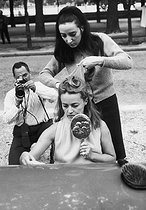 Jeanne Moreau (1928-2017), French actress, having her hair done during a filming. © Jack Nisberg/Roger-Viollet