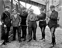 Arrestation par la police. 1930-1935. © Albert Harlingue / Roger-Viollet