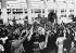 Adolf Hitler (1889-1945), homme d'Etat allemand, lors d'une visite aux usines Volkswagen de Fallesleben, 7 juin 1939.  © Ullstein Bild / Roger-Viollet