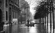 Seine floods. Paris, avenue Montaigne, January 1910. © Léon et Lévy/Roger-Viollet