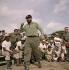 Fidel Castro (1926-2016), homme d'Etat et révolutionnaire cubain, lors d'un match de baseball. Cuba, 15 juin 1964. © Ullstein Bild / Roger-Viollet