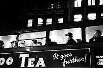 Upper deck of a night bus. London (England), 1958. © Jean Mounicq/Roger-Viollet