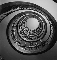 Opera Garnier : the corps de ballet in a staircase. Paris, circa 1937-1938. © Gaston Paris / Roger-Viollet