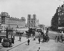 The pont Saint-Michel and Notre-Dame de Paris Cathedral. Paris (IVth and Vth arrondissements), circa 1900. © Neurdein / Roger-Viollet