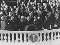 John Fitzgerald Kennedy taking the oath in the presence of D. Eisenhower, R. Nixon, L. B. Johnson, Jacqueline Kennedy... Washington (United States), on January 21, 1961. © Roger-Viollet