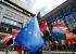 Bruxelles (Belgique). Drapeaux européens dans la cour du bâtiment Justus Lipsius, site du conseil européen. 16 juin 2005. © Ullstein Bild/Roger-Viollet
