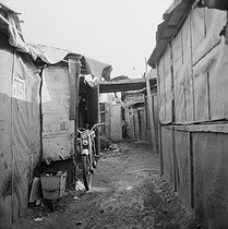 Shanty town. Champigny-sur-Marne (France), 1967. © Georges Azenstarck / Roger-Viollet