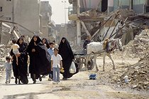 Shiite family walking through the ruins of Karbala (Iraq), April 1991. © Françoise Demulder / Roger-Viollet