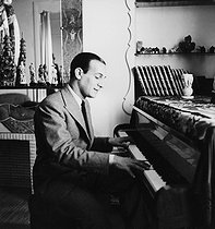 Tino Rossi (1907-1983), French actor and singer, playing the piano. France, circa 1935. © Roger-Viollet