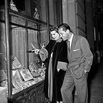 William Holden (1918-1981), American actor, with his wife. Paris, 1950's. © Roger-Viollet