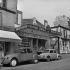 Marchand de couleurs en banlieue parisienne, vers 1960. © Roger-Viollet