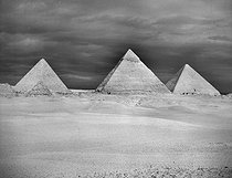 The three pyramids of Giza : Kheops, Khafra and Menkaure. Giza (Egypt). December 1954. © Roger-Viollet