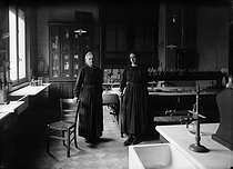 Marie Curie and her daughter Irène, French physicists, in their laboratory. © Albert Harlingue/Roger-Viollet