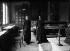 Marie Curie et sa fille Irène, physiciennes françaises, dans leur laboratoire de la rue d'Ulm. Paris (VIème arr.). © Albert Harlingue/Roger-Viollet