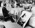 Salvador Dali (1904-1989), peintre et graveur espagnol, peignant un rhinocéros au zoo de Vincennes. Paris, 2 mai 1955.  © PA Archive / Roger-Viollet