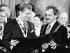 Jürgen Linden (né en 1947), homme politique allemand et maire d'Aix-la-Chapelle, remettant le prix international Charlemagne à Vaclav Havel (1936-2011), homme d'Etat et écrivain tchécoslovaque. Aix-la-Chapelle (Allemagne), 9 mai 1991. © Ullstein Bild/Roger-Viollet