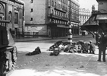 World War II. Liberation of Paris. Fight during the uprising at the corner of the rue Dupetit-Thouars and the rue du Temple, in front of Sainte-Elisabeth church. On the left : a Sherman tank from 2nd Armored Division commanded by General Leclerc. Paris (IIIrd arrondissement), on August 25, 1944. © LAPI/Roger-Viollet