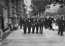 The conscripts from the IVth arrondissement of Paris, leaving the draft board in 1913. © Roger-Viollet