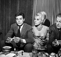 Alain Delon (born in 1935), French actor, Elke Sommer (born in 1940), German actress, and François Chalais (1919-1996), French journalist and cinema critic. Paris, 1961. © Roger Berson / Roger-Viollet