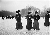 Women ice-skating at the Bois de Boulogne. Paris, January 1907. © Jacques Boyer/Roger-Viollet