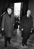 Willy Brandt (1913-1992), German Foreign Secretary, greeted by his French homologue Maurice Couve de Murville. Paris, Ministry of Foreign Affairs, quai d'Orsay, on February 15, 1968. © Roger-Viollet