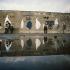 """Chute du mur de Berlin. Trous dans le mur faits par les """"Mauerspecht"""" (gratteurs de mur). Allemagne, février 1990. © Ullstein Bild / Roger-Viollet"""