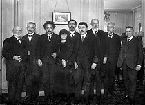 Anna de Noailles (1876-1933), French poetess surrounded by Albert Einstein (1879-1955), German-born American physicist, Paul Painlevé (1863-1933), French mathematician and Paul Langevin (1872-1946), French physicist. © Neurdein / Roger-Viollet