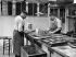 Fabrication de médicaments dans un laboratoire pharmaceutique. France, 1905. © Jacques Boyer / Roger-Viollet