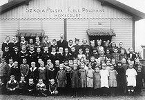 Children of Polish migrants posing in front of their school. Homécourt (France), 1920's. © Roger-Viollet