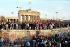 Chute du mur de Berlin. Porte de Brandebourg, 10 novembre 1989. © C.T. Fotostudio / Ullstein Bild / Roger-Viollet