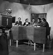 Round table on television. George de Caunes (1919-2004), French journalist (2nd on the right). © Noa / Roger-Viollet
