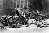 World War II. Liberation of Paris, construction of a barricade at the corner of the Pont-Neuf and the rue Dauphine, August 1944. © Neurdein/Roger-Viollet