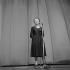 Edith Piaf (1915-1963), chanteuse française, sur scène à l'Olympia. Paris, 2 janvier 1961. © Studio Lipnitzki / Roger-Viollet