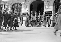 152th RI parading in front of the Pétain marshal and the admiral$$$Darlan before leaving Vichy in 1942. On the steps, 2nd starting from$$$the line: the General Reverse, head of the military cabinet of Darlan$$$in 1942 then leader in Resistance in 1943. HRL-C515470 © Albert Harlingue/Roger-Viollet