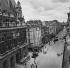 Guerre 1939-1945. Libération de Paris. La rue du Faubourg-Saint-Martin à la hauteur de la mairie du Xème arr.. Août 1944. © Gaston Paris / Roger-Viollet