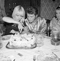 Sylvie Vartan (born in 1944) and Johnny Hallyday (1943-2017), French singers, cutting a cake on their second wedding anniversary. Paris, on April 15, 1967. © TopFoto/Roger-Viollet