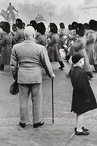 Changing of the guard at Buckingham Palace. London (England), 1958. © Jean Mounicq/Roger-Viollet