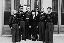 World War II. Mélinée Manouchian (centre, 1913-1989), Armenian resistance fighter who became French at the time of the Liberation, on October 5, 1944. © Archives Manouchian / Roger-Viollet