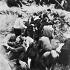 Guerre 1939-1945. Habitants juifs de la ville polonaise de Konskie contraints de creuser leurs propres tombes avant d'être exécutés en représailles de la mort de quatre soldats allemands, sous les yeux de la cinéaste Leni Riefenstahl. 5 septembre 1939. © Roger-Viollet