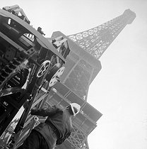 Fire at the Eiffel Tower. Fireman ready to intervene. Paris, on January 3rd, 1956. © Collection Roger-Viollet/Roger-Viollet