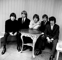 "Keith Richards, Brian Jones, Mick Jagger, Charlie Watts et Bill Wyman, membres du groupe de rock anglais ""The Rolling Stones"". 12 septembre 1964. © PA Archive / Roger-Viollet"