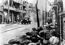 Sino-Japanese War (1937-1941). Fight in the streets of Shanghai. Japanese soldiers making headway in a tank.  © Roger-Viollet