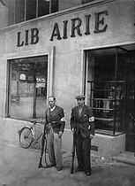 World War II. Liberation of Paris. Members of the French Forces of the Interior guarding a bookshop. © Roger-Viollet